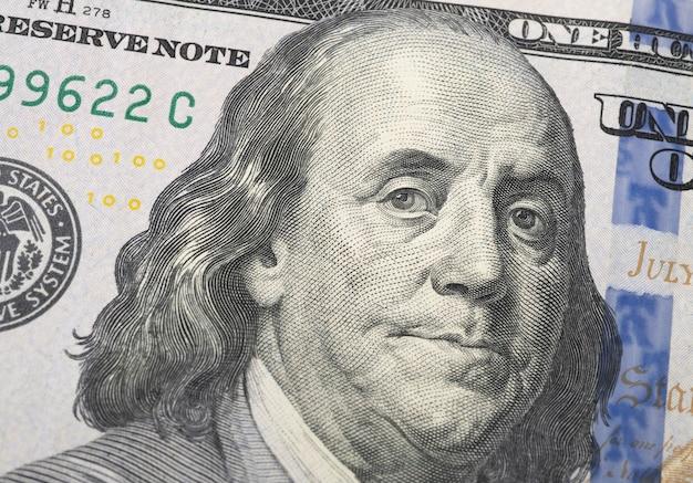벤자민 프랭클린을 보여주는 100 달러 지폐의 근접 촬영.
