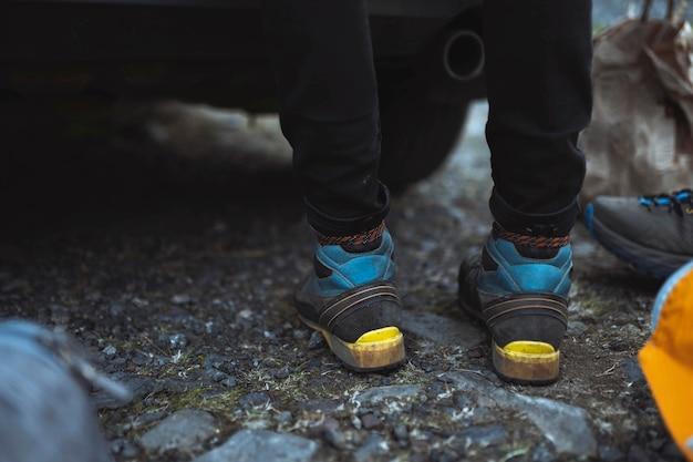 Крупным планом мужчина переодевается в походную обувь