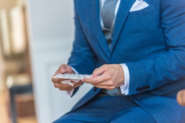 파란 양복 입은 남자의 근접 촬영