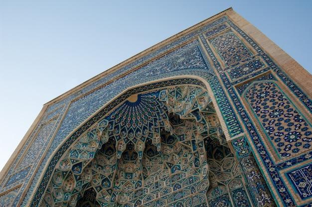 Крупный план средневековой арки, вид снизу. древняя архитектура средней азии