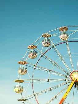 Крупным планом разноцветное колесо обозрения в парке развлечений