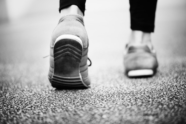 Крупным планом пара ног, идущих