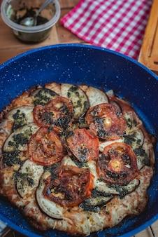 鍋で作った野菜ピザのクローズアップ