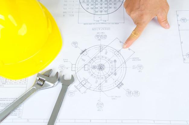 Крупным планом руки человека, указывая на синюю печать