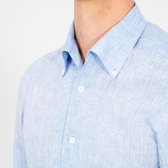 水色のシャツを着ている人のクローズアップ