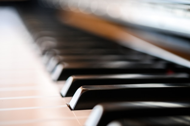 Крупным планом фортепианной клавиатуры