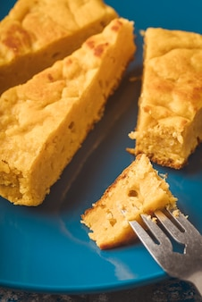 Крупным планом кусок тыквенного пирога на вилке