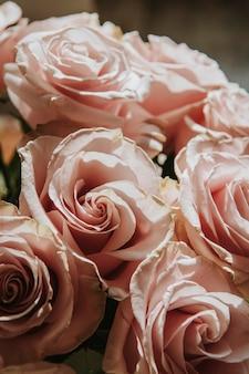 핑크 장미 꽃다발의 근접 촬영