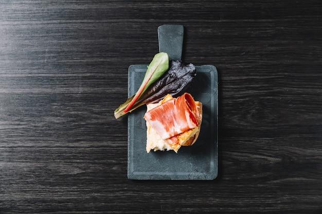 몇 가지 전형적인 스페인어 pincho 드 옥수수와 pincho 드 jamon 접시의 근접 촬영