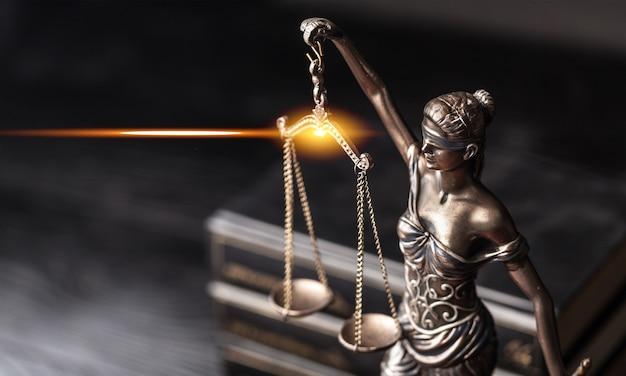 정의의 상징인 그리스 신화의 여신인 테미스 조각상을 클로즈업