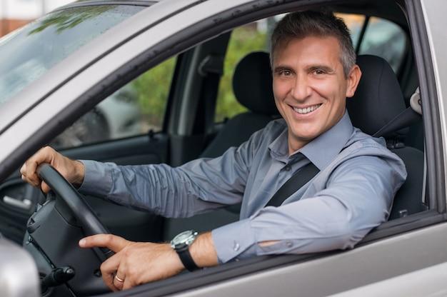 車の駐車場笑顔の成熟したビジネスマンのクローズアップ