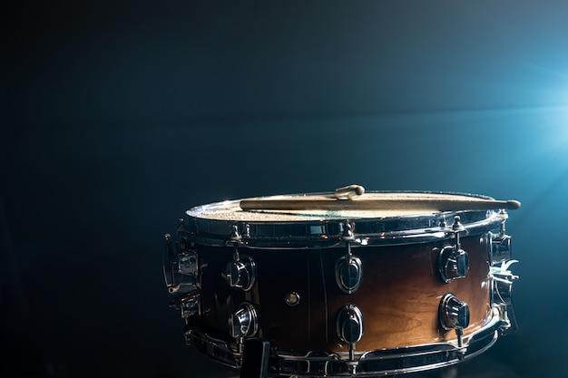 아름다운 조명과 함께 어두운 배경에 스네어 드럼 타악기의 근접 촬영