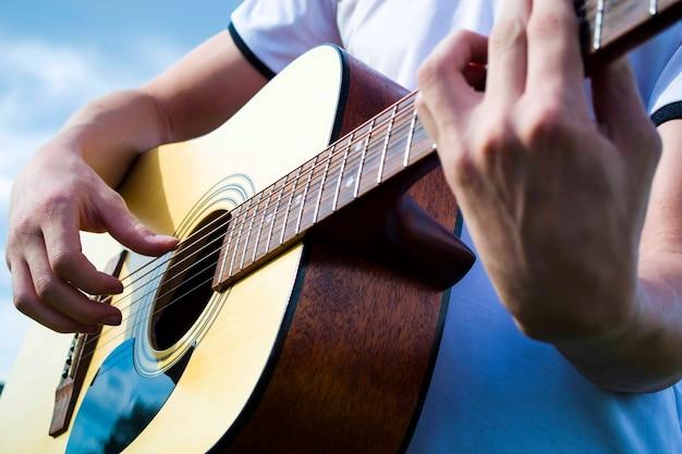 スペインのギターのクローズアップスペインのクラシックギターのエクステリア音楽と自然