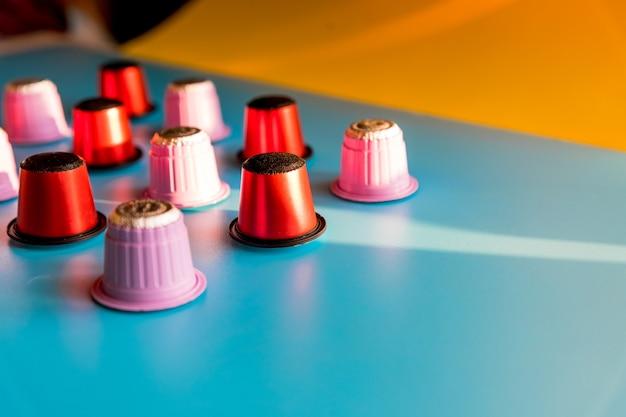 커피 머신을 위한 다양한 대형 이탈리아 커피 캡슐의 클로즈업. 커피 캡슐 퇴비화 가능. 다채로운 에스프레소 포드 컬렉션, 친환경, 알루미늄 무료. 복사 공간