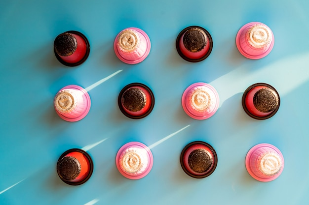 커피 머신을 위한 다양한 대형 이탈리아 커피 캡슐의 클로즈업. 커피 캡슐 퇴비화 가능. 다채로운 에스프레소 포드 컬렉션, 친환경, 알루미늄 무료