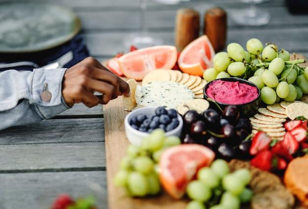 채식주의 치즈와 과일 플래터의 근접 촬영