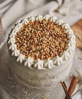 견과류와 관화와 흰색 맛있는 크리스마스 케이크의 근접 촬영