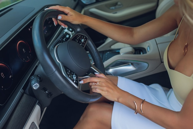현대 자동차의 스티어링 휠에 여자의 손의 근접 촬영