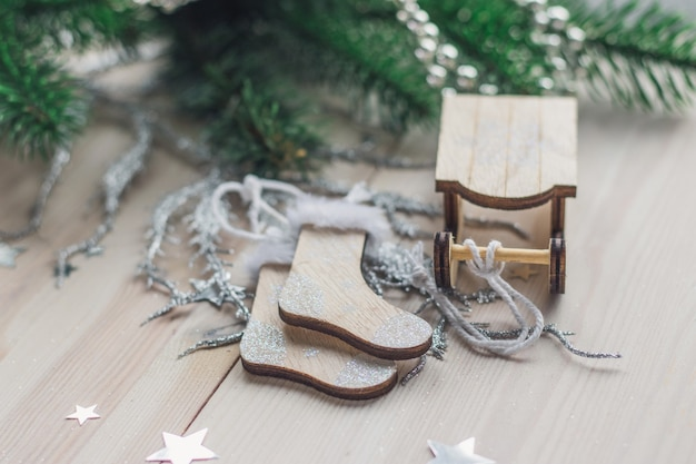 木製のそりと靴下の飾りのクローズアップ