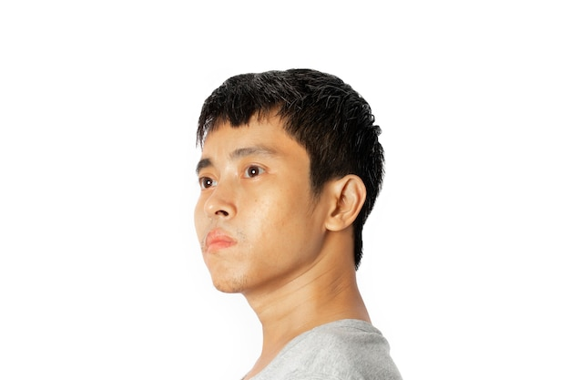 젊은 아시아 남자의 근접 촬영 흰색 배경에 앞서 보인다.