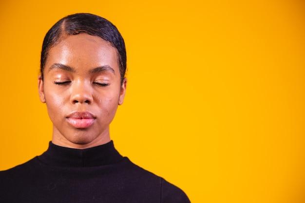 Крупным планом афро женщины. черная женщина