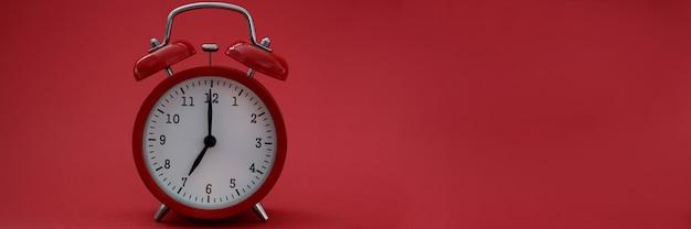 빨간색 배경에 알람 시계의 근접 촬영
