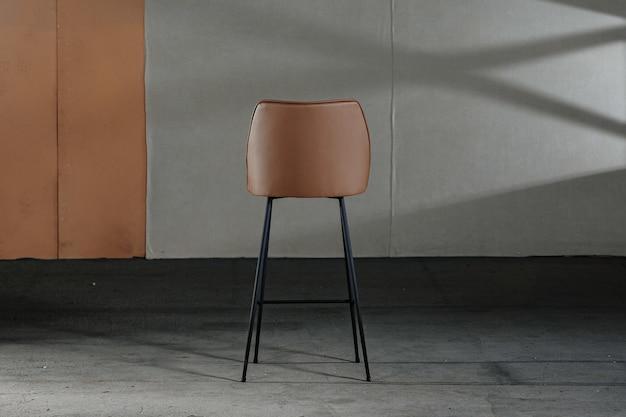 凹型の背もたれ、ロフトスタイルの家具を備えたアームレスチェアのクローズアップ