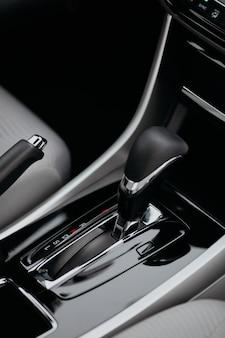 Крупным планом ручки автоматической коробки передач в новом современном автомобиле, вид сбоку