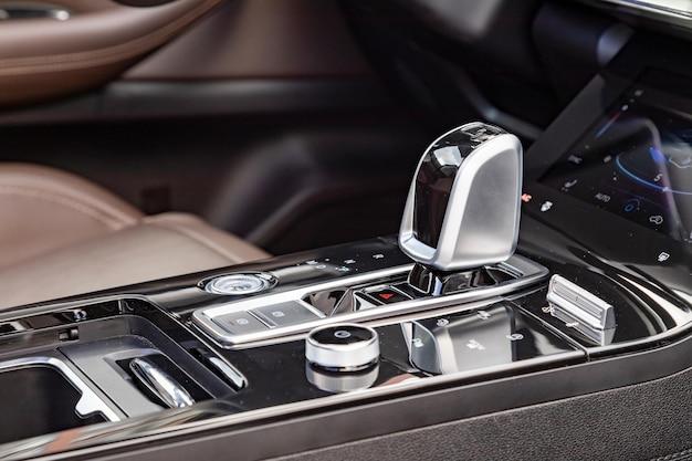 Крупный план ручки автоматической коробки передач в новом современном автомобиле, вид сбоку
