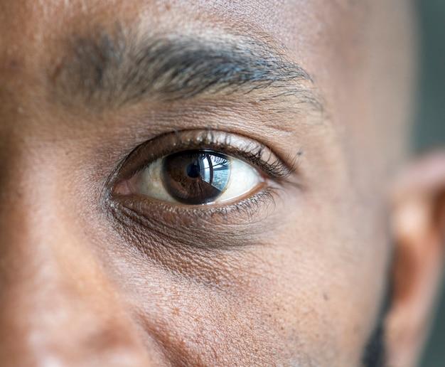 Макрофотография глаза черного человека