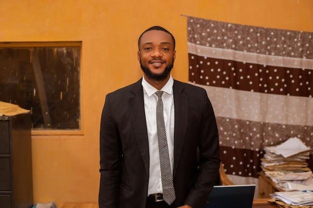 笑顔のオフィスでハンサムなアフリカのビジネスマンのクローズアップ