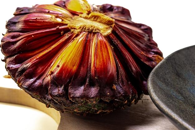 흰색 배경에 열린 솔방울의 근접 촬영 솔방울은 araucaria의 진정한 과일입니다