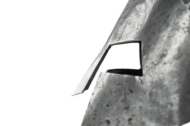 分離された古代の鉄の質素なヘルメットのクローズアップ