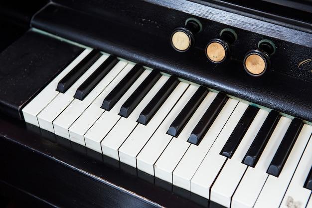 골동품 피아노 키와 나뭇결의 근접 촬영