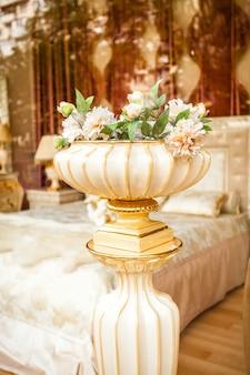 고전적인 인테리어에 꽃과 골동품 도자기 꽃병의 근접 촬영