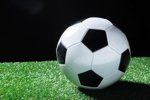 Крупный план мяча на зеленой траве
