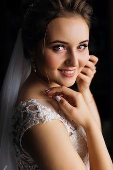 ウェディングドレスとブライダルベールの美しい花嫁のクローズアップ