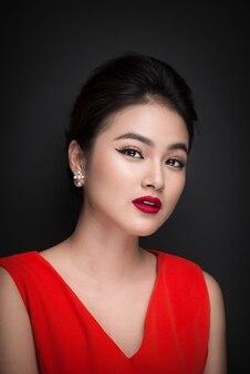 밝은 화장과 붉은 입술을 가진 아름다운 섹시한 여자의 클로즈업. 뷰티 패션 아시아 여자입니다.