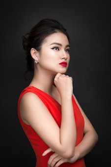 明るいメイクと赤い唇を持つ美しいセクシーな女の子のクローズアップ。美容ファッションアジアの女性。