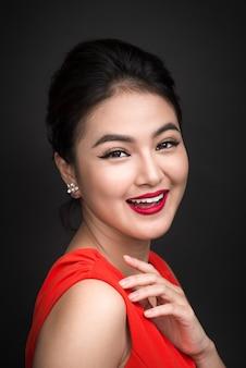 Крупным планом красивая сексуальная девушка с ярким макияжем и красными губами. женщина азиатской моды красоты.