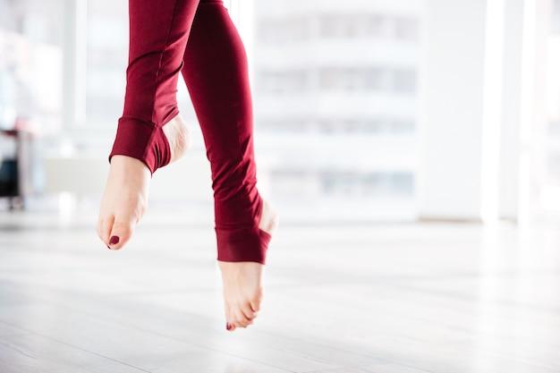 Крупным планом красивые стройные ноги спортсменки в воздухе
