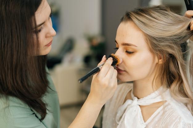실내 촬영을 준비하는 아름다운 여성 모델 클로즈업