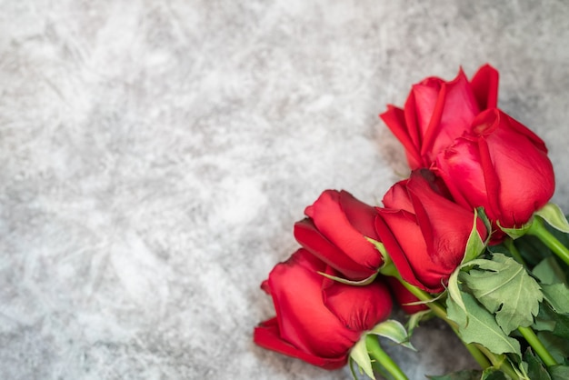 Макрофотография букет цветов красной розы красоты на белом бетонном столе с копией пространства. день святого валентина, концепция обоев в качестве флоры, природы и любви