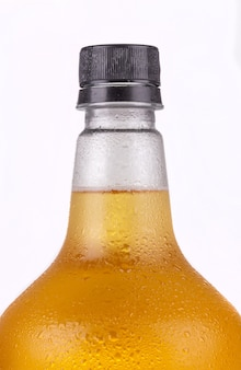 オレンジ色に分離されたラガービールとビール栽培者のクローズアップ。