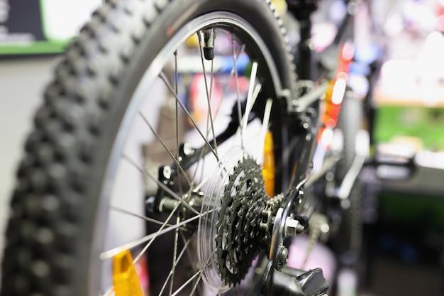 ワークショップの自転車の修理とメンテナンスの概念でホイール上の自転車カセットのクローズアップ