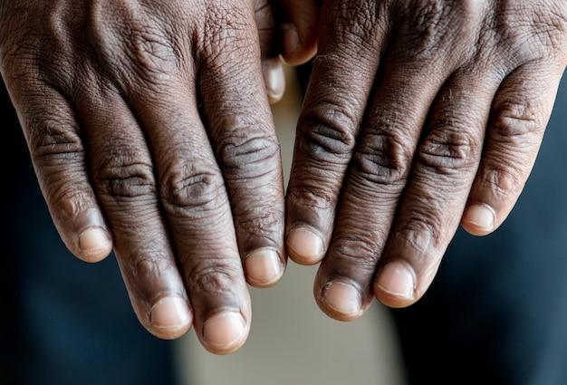 Макрофотография черных рук