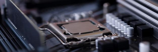 프로세서가 설치된 검은 색 마더 보드의 근접 촬영입니다. 전자 장비 개념의 수리