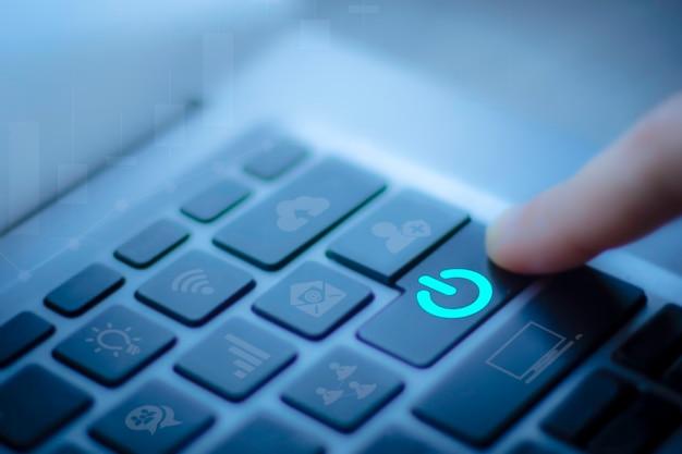 비즈니스 여성의 흐릿한 손가락 클로즈업은 컴퓨터 노트북을 사용하여 온라인을 끄거나 종료합니다.