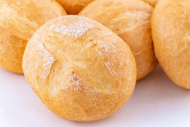 新鮮でサクサクのロールパンのクローズアップ
