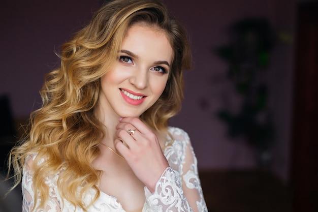 美しいメイクや髪型の肖像画を笑顔でカメラを見て花嫁のクローズアップ